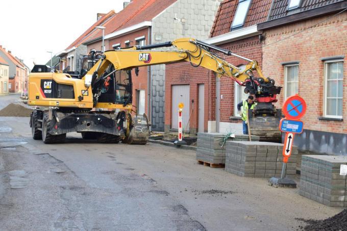 Nu is men bezig met het nivelleren van de voetpaden om er nieuwe blokjes op te leggen.© ZB