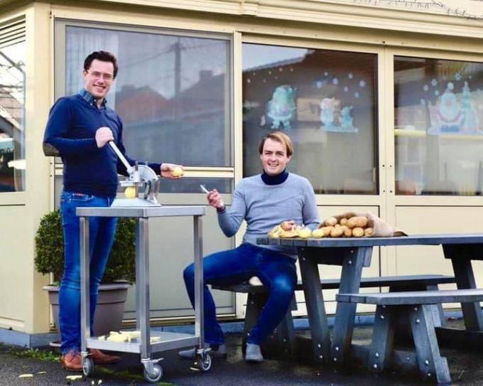 Matthias Desimpel & Bart Fourneau in volle voorbereiding van hun frituur Ninofriet, die dinsdag 16 februari opent voor het publiek.