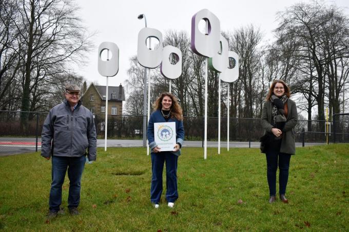 We zien Carl Grimmeplrez, Marthe Verschaeve met logo en directrice Ann-Sofie Vannieuwenhuyze voor het kunstwerk aan Minneke Poes. (foto EG)