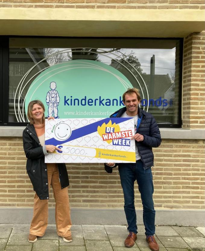 De cheque van 5000 euro werd in naam van Het Bollebos overhandigd door Nancy De Cabooter (links), collega en beste vriendin van Ilse Michels en Wesley Baert (rechts) aan Tineke Bultinck, vertegenwoordiger van het Kinderkankerfonds, aan het gebouw van het Kinderkankerfonds in Gent.