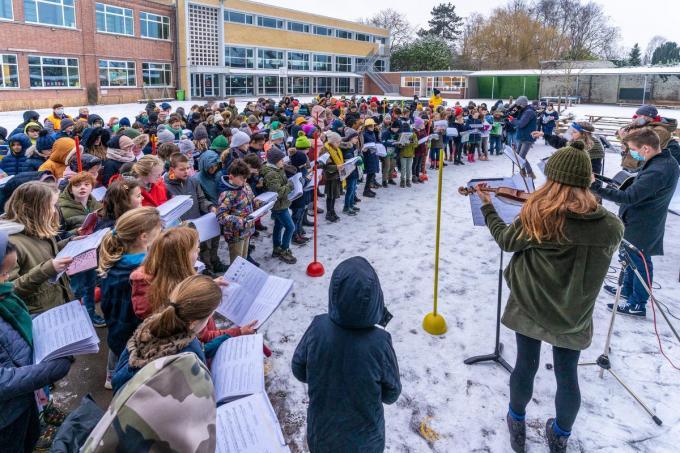 Alle leerlingen trotseerden de winterkou om te zingen.© KDS