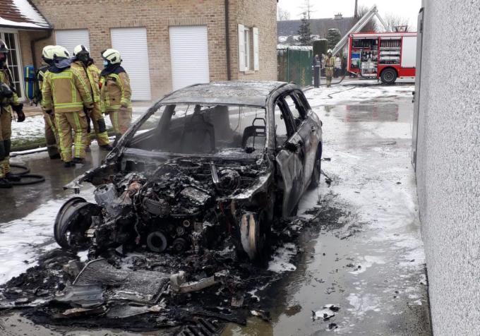 In enkele minuten stond heel de wagen in brand.© TP