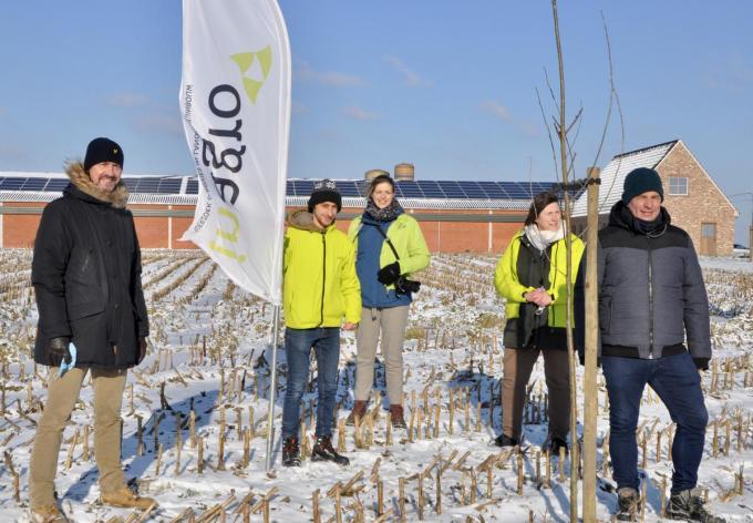 Bart Naeyaert (gedeputeerde land- en tuinbouw), Timo Platteau (landschapsarchitect Inagro), Nele Dejonckheere (coördinator bedrijfsvisie Inagro), Kathleen Storme (landschapsarchitect Inagro) en Bart Gruwier (landbouwer).© Ria van Lerberghe