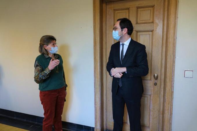 Voorzitter van de rechtbank van eerste aanleg Bernadette Vandeputte besprak het belang van digitalisering met de minister.© AN