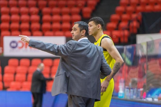 Michael Gilmore krijgt raad van coach Dario Gjergja.© PR