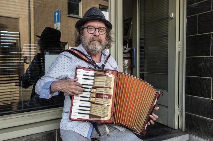 Robrecht kun je zondag ook horen, dan geeft hij om 17 uur een concert aan zijn eigen voordeur in de Hoogstraat. (foto SB)©STEFAAN BEEL Stefaan Beel
