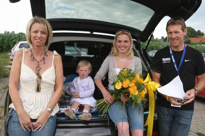 Met de mama van Gianni Meersman en de vrouw en dochter van Stijn Devolder.© KRANT VAN WEST-VLAANDEREN
