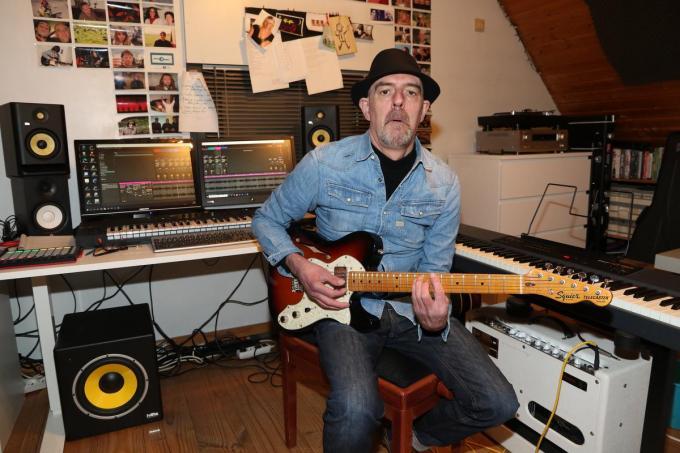 """Ricky!Boy, alias Rik Denys, in zijn muziekkamer: """"Ondanks mijn beperkingen ben ik nog altijd wie ik was.""""© EF"""