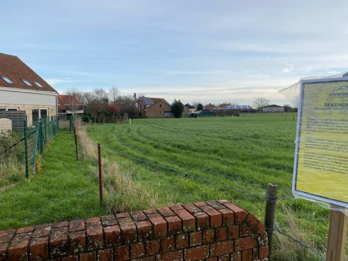 Op deze plaats wil het gemeentebestuur van Alveringem een sociale woonwijk realiseren.© Daron Mertens