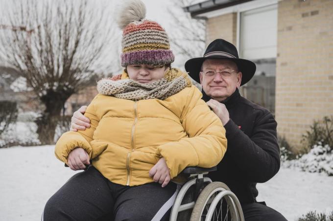 Lionel Roosemont met zijn dochter Tikvah. Als risicopatiënt komt hij wel in aanmerking voor een vervroegde vaccinatie, zijn zwaar gehandicapte dochter valt buiten de lijst.© Olaf Verhaeghe
