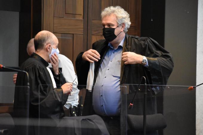 Advocaten Luc Arnou en Kris Vincke bij de start van het proces. (LK)