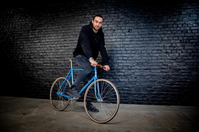 Guillaume Van Keirsbulck in zijn 'all-black' werkruimte op een fiets die de naam van zijn opa, oud-wereldkampioen Benoni Beheyt, draagt.©Wouter Meeus WME