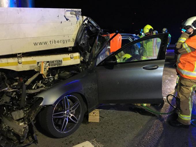 De voorzijde van de Mercedes schoof haast volledig onder de vrachtwagen.© NDZ