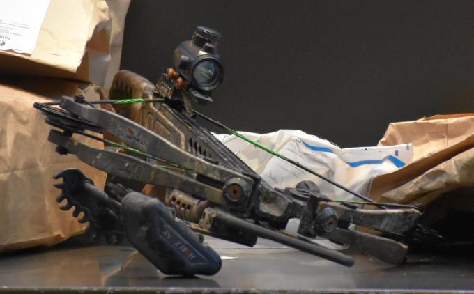 Het moordwapen, een kruisboog, ligt vooraan in de assisenzaal. (LK)