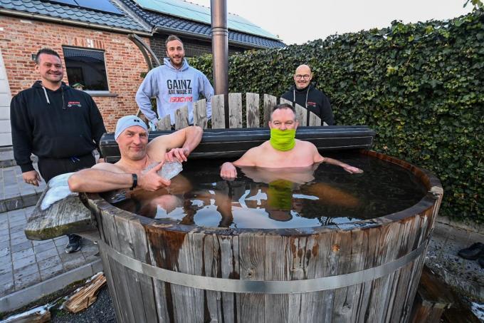 IJsberen Jan Dierickx-Visschers en Wim Claerhout (in het water) protesteren samen met fitnessmensen Gianni Vermote, Jan Vanhuffel en Beny Verbeke tegen coronamaatregelen.© Frank