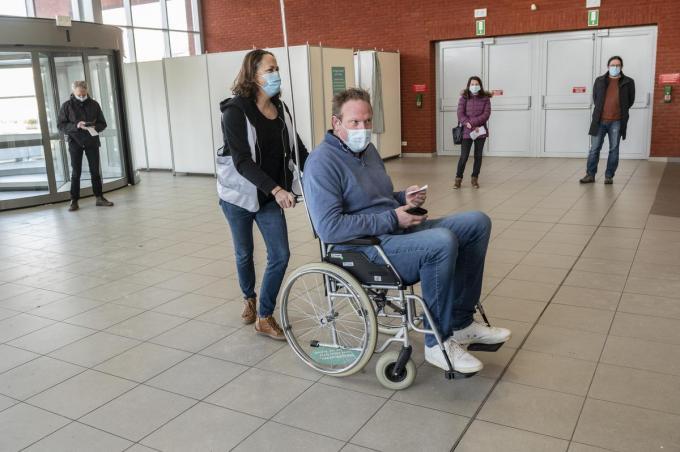 Ook voor rolstoelgebruikers moet het vaccinatiecentrum goed toegankelijk zijn.©STEFAAN BEEL Stefaan Beel