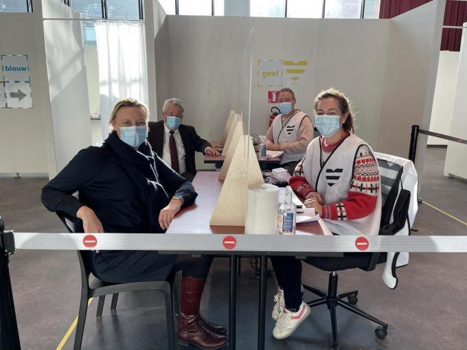 Beide burgemeesters doorliepen alle stappen binnen het vaccinatiecentrum.© JRO