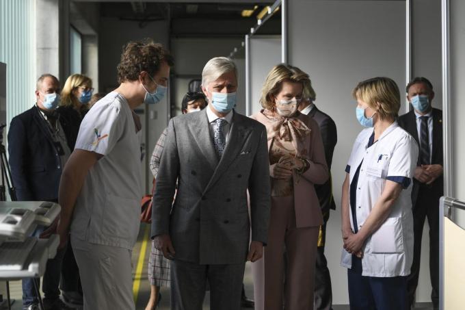 Koning Filip en koningin Mathilde krijgen uitleg op de spoedafdeling van het Jan Yperman Ziekenhuis©POOL FREDERIC SIERAKOWSKI BELGA