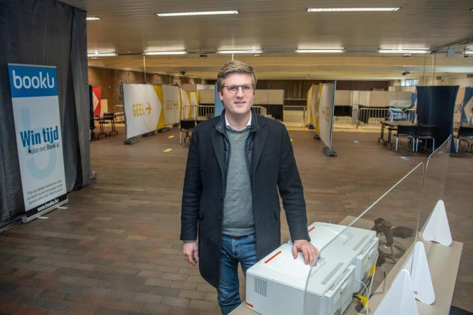 Dieter Vanthournout in het Izegemse vaccinatiecentrum.©Frank Meurisse Frank Meurisse