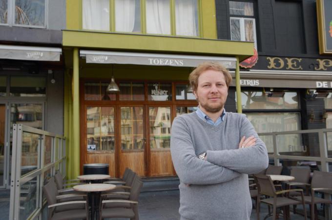 Kevin Deleu voor het café dat toen nog Toezens heette en nu dus Leute's is geworden.© Frank Meurisse