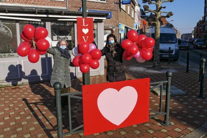 Chantal Lewandowski en Annie Verolleman bij de ballonnen.© CLL