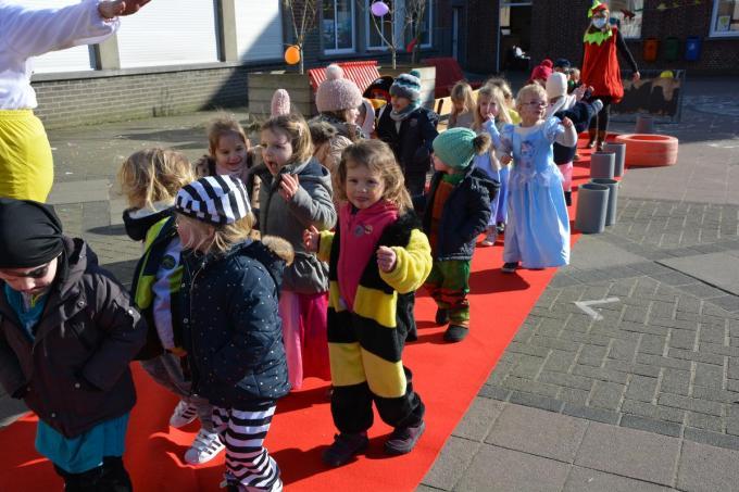 De leerlingen van De Bever showden hun carnavalsoutfit op de rode loper.© SM
