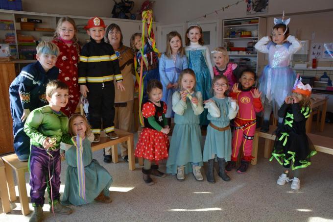 De groep van juf Hilde zette het carnavalsfeestje verder in hun klas.© foto SM