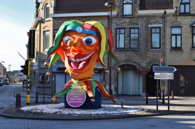 Deze reuzegrote carnavalskop kan je zien in Oostduinkerke-Dorp.©Myriam Van den Putte