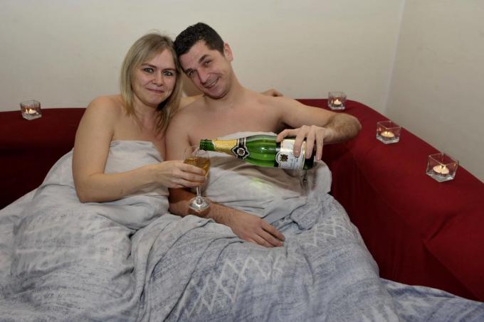 Knusjes in de zetel, dicht bij elkaar, met een dekentje of dons erbij en een glaasje. Voor Greg en Jennifer is het elke dag Valentijn.© (foto FODI)
