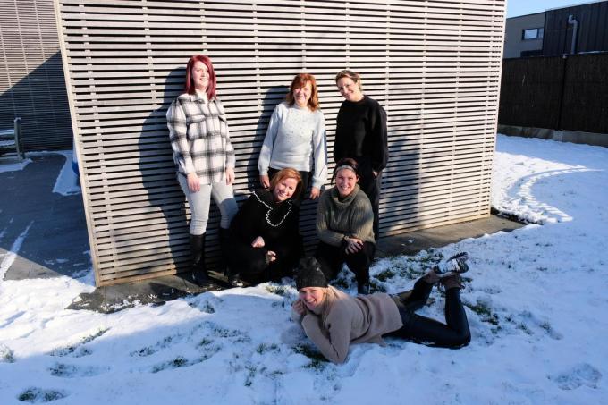 We herkennen achteraan v.l.n.r. Ellen Verbeke, Sandra Ornelis en Cynthia Devriendt. Daarvoor zien we De sneeuwengel vooraan is Evi Debusschere.© BC