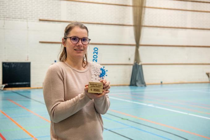 Annelies toont de trofee namens de hele equipe van de sportdienst. (foto Frank)© Frank Meurisse