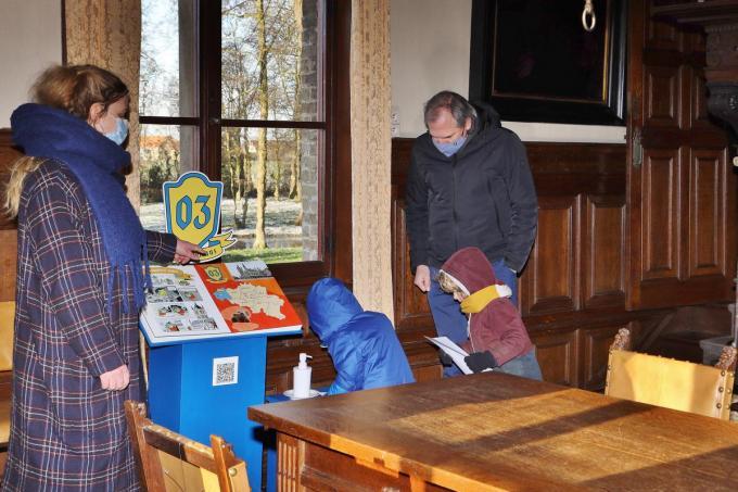 Sieglinde Steenkiste, onthaalverantwoordelijke Kasteel Beauvoorde, en minister Diependaele stellen vast dat de eerste jonge bezoekertjes helemaal opgaan in de expo.© foto MVQ