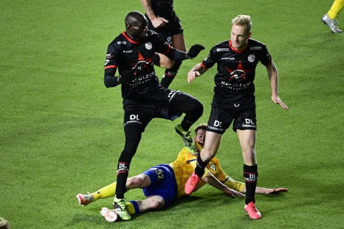 Ibrahima Seck en Christopher Durkin tijdens de match tussen Sint-Truiden en Zulte Waregem.©YORICK JANSENS BELGA