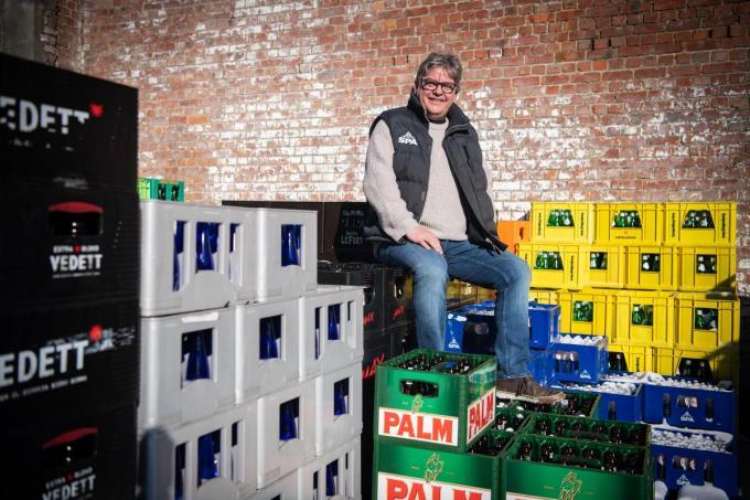 """Yves Rosseel op de koer van zijn drankenhandel. """"We draaien met 70 procent omzetsverlies."""" (foto Frank)©Frank Meurisse Frank Meurisse"""