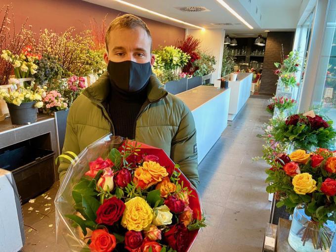 Samuel maakt zijn vrouw graag blij met een bloemetje.© KVDM