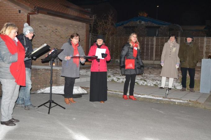 Enkele zangers van het KPZ verzorgden zondagavond een optreden 'op de zulle' bij schepen van Cultuur Regine Rooryck.© MV