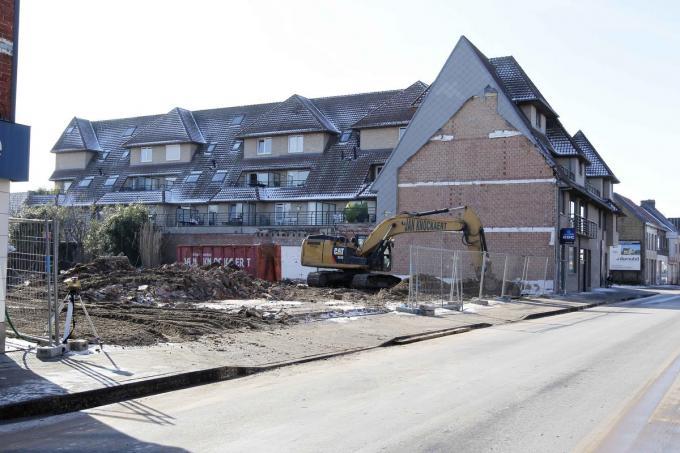 Net voorbij de bocht in de Stationsstraat werden zopas twee woningen afgebroken voor appartementen.© Coghe