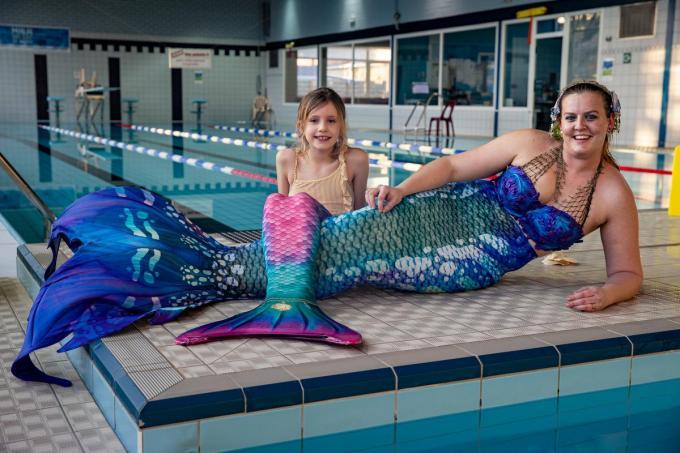 Janne Verhaest en Olivia Eestermans poseren als zeemeerminnen in het zwembad van Lichtervelde.©Kurt Desplenter Foto Kurt
