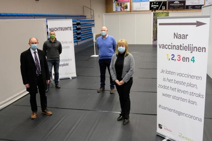 Het vaccinatiecentrum is klaar voor gebruik. Vooraan zien we Daniel Vanhessche en Annick Vermeulen en achteraan David Rubben en Gino Jonckheere.© BC