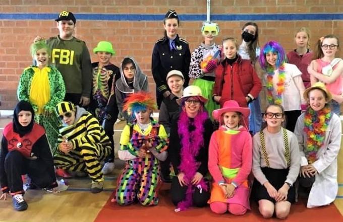 De kinderen van 't Polderhart konden dit jaar toch proeven van de carnavalssfeer.© WK