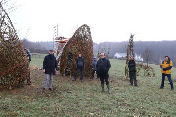 Gedeputeerde Jurgen Vanlerberghe kwam de bouw van de kunstinstallatie 'Les Ancêtres' bekijken.© EF