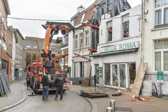 De afbraakwerken van het pand naast het stadhuis zal nog gans de week duren.©Luc Vanthuyne LVW