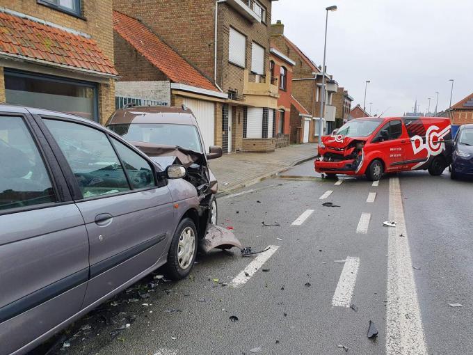 De voertuigen liepen zware schade op.© JH