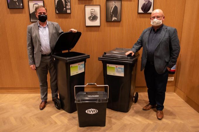 Burgemeester Christof Dejaegher en schepen Kris Notebaert bij de containers voor restafval.©MICHAEL DEPESTELE (MD)