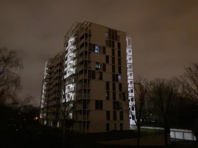 Enkel de noodverlichting brandt nog in de Bildings. (foto BVR)