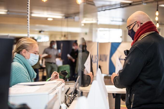 Het Izegemse vaccinatiecentrum draaide vorige woensdag proef in zaal Iso in Izegem, maar deze week doken er softwareproblemen op.©Frank Meurisse Frank Meurisse