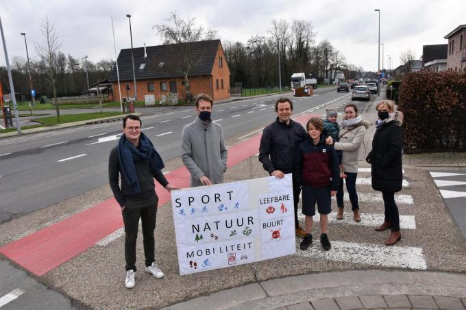 Eerder deze maand voerden enkele buurtbewoners nog actie uit vrees dat de geplande feestzaal/evenementenhal op de site De Mol verkeersonveiligheid en geluidsoverlast zal veroorzaken.©LUDO-OSTIJN Archief Ludo Ostijn