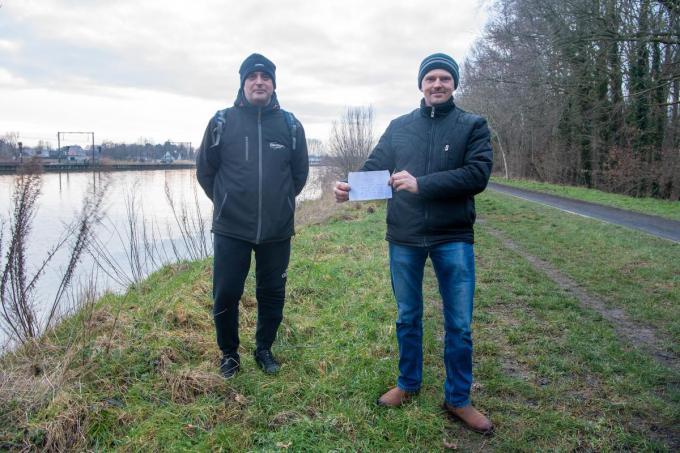 Radosław Grzanka en Sebastian Chyb bij de vindplaats van de fles langs het kanaal in Ingelmunster.© MI