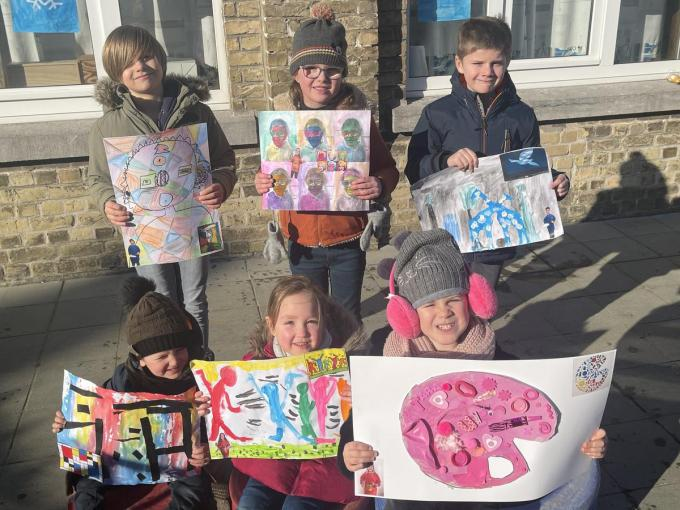 Inspiratie vonden de leerlingen bij de grootmeesters Warhol, Haring, Mondriaan, Magritte en Picasso.© TP