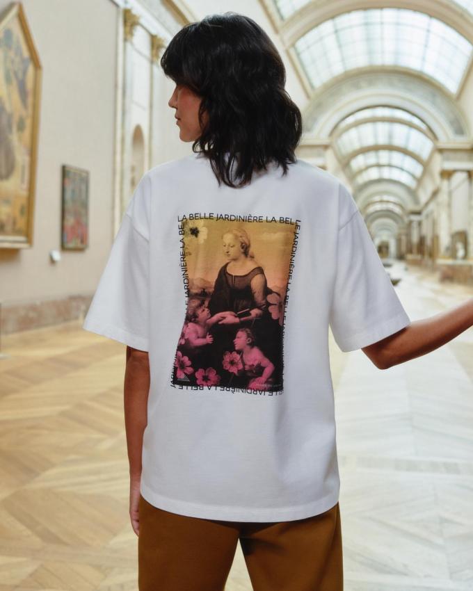 T-shirt van Uniqlo in samenwerking met het Louvre, prijs 14,90 euro.© Uniqlo
